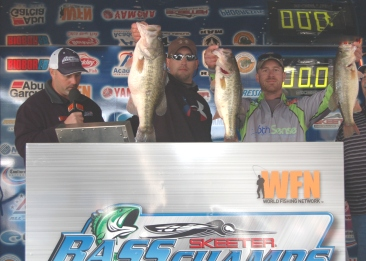 Jonathan Garrie and Wayne Triana top 220 teams and win the first East Texas event on Rayburn with 3 fish that weigh over 20 lbs.